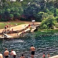 Foto tirada no(a) Barton Springs Pool por Athena A. em 7/17/2013