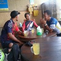 Photo taken at Warung Makan  Cinta Rasa Ikan mujair asli songan by Kriss K. on 9/8/2013