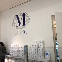 Das Foto wurde bei Lady M Cake Boutique von Gary T. am 11/12/2017 aufgenommen