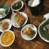 Photo taken at Waroeng Mbah Jingkrak Setiabudi by Ayaelectro on 10/21/2016
