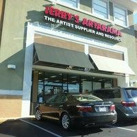 Foto diambil di Jerry's Artarama oleh DC B. pada 10/16/2012