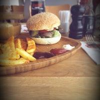 Foto tirada no(a) Beeves Burger & Steak house por Alican S. em 5/26/2014