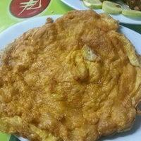 Photo taken at พิมพาอาหารตามสั่ง by pare on 5/16/2013