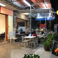 Photo taken at ก๋วยเตี๋ยวหางหมูเจ้าพระยา by Kelvin A. on 4/12/2018