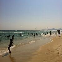 Foto tirada no(a) Praia da Barra da Tijuca por Denise em 1/1/2013