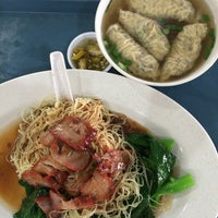 Photo taken at 黄记云吞面 Wong Kee Noodle by Jonathan L. on 7/10/2014