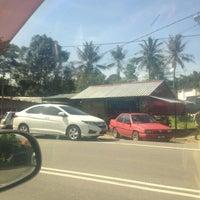 Photo taken at Restoran Tupah (Tepi Sg. Tupah) by Datok A. on 4/11/2017