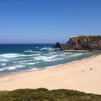 Foto tirada no(a) Praia de Odeceixe por Ricardo G. em 6/20/2013