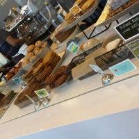 Das Foto wurde bei Flour Bakery + Cafe von Lisa L. am 6/4/2013 aufgenommen