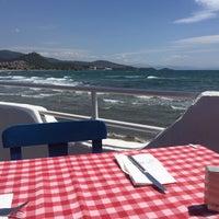 Das Foto wurde bei Meandros Restaurant von İlay am 4/24/2016 aufgenommen
