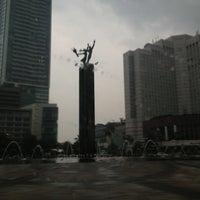 Photo taken at Bundaran Hotel Indonesia (Monumen Selamat Datang) by theo p. on 6/16/2013