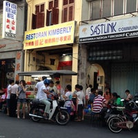 Photo taken at Kimberley St. (汕头街) Hawker Stalls by Alvis N. on 1/28/2013