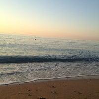 6/24/2013 tarihinde Tatyanaziyaretçi tarafından Akka Antedon Hotel's Beach'de çekilen fotoğraf
