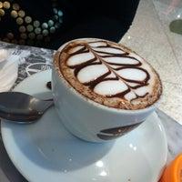 Foto tirada no(a) Seven Wonders Café por Giovanni C. em 7/14/2013