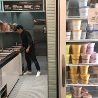 9/26/2018 tarihinde Sarahziyaretçi tarafından Van Leeuwen Artisan Ice Cream'de çekilen fotoğraf