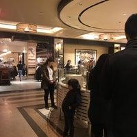 Foto tirada no(a) The Plaza Food Hall por Sarah em 4/19/2017