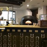 Снимок сделан в Sorbillo Pizzeria пользователем Sarah 3/18/2018