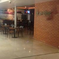 Foto scattata a La Sevillana Gourmet Café da Cesar P. il 10/17/2012