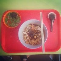 Photo taken at Ah Kow Mushroom Minced Pork Mee by Nicholas L. on 2/13/2015