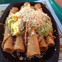 10/28/2012 tarihinde Mark S.ziyaretçi tarafından Roberto's Very Mexican Food'de çekilen fotoğraf