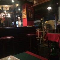 Das Foto wurde bei Posers International Pub & Restaurant von Zoe am 9/15/2014 aufgenommen