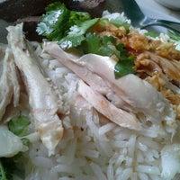 Photo taken at ลัคกี้ ข้าวมันไก่ เมืองทองธานี by Muai K. on 8/11/2012