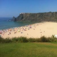 Foto tirada no(a) Praia de Odeceixe por Phil T. em 9/4/2013