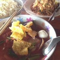 Photo taken at ป้าเขียนผัดไท by thunya k. on 8/10/2015