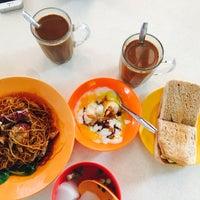 Photo taken at Lorong 29 Sing Lian Eating House by Daryll J. on 6/9/2015