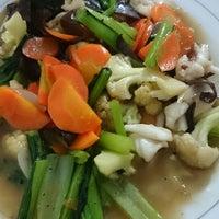 Photo taken at Chinese food bang Kadir by Wahyu N. on 6/6/2014