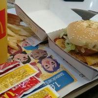 Foto tirada no(a) McDonald's por Zaira C. em 12/18/2015
