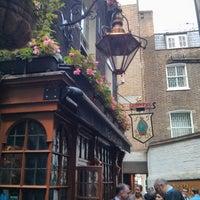 Foto tirada no(a) Ye Olde Mitre Tavern por ukleon em 6/21/2013