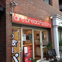 รูปภาพถ่ายที่ Art Bread Factory โดย Tatsu S. เมื่อ 10/27/2012