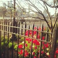 Das Foto wurde bei Brooklyn Heights Promenade von EmmaBond G. am 4/30/2013 aufgenommen