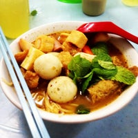 Photo taken at Raja Uda Famous Kwang Hwa Tom Yam Noodle by Chip on 12/16/2012