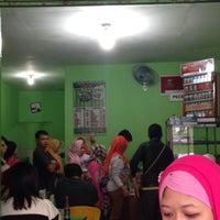 Photo taken at Pecel & Rawon Glintung Bu Yatirah by Arintya Y. on 1/24/2016