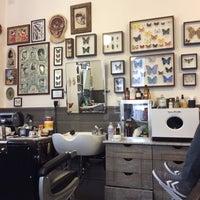 Foto scattata a Bullfrog Modern Electric Barber da Modacritica il 7/10/2014