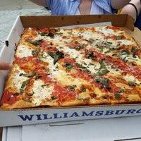 Das Foto wurde bei Williamsburg Pizza von Stephanie B. am 6/28/2017 aufgenommen