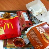 Foto tirada no(a) McDonald's por Gabriel A. em 10/13/2012