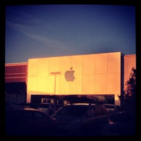 Photo taken at Apple Store by Rafael A. on 12/5/2012