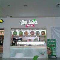 Photo taken at Fresh Salads Fresca Vida by Dr Oscar E. on 4/21/2013