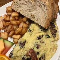 Photo taken at Café Bistro L'Omelette by Amyntor B. on 10/20/2017