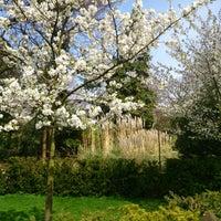 Das Foto wurde bei Holland Park von Adam P. am 4/17/2013 aufgenommen