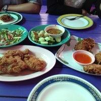 Photo taken at ร้านโรจน์ ซีฟู๊ด บางแสน by NanSawitree on 9/27/2012
