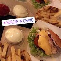 Foto tomada en Burger 'n Shake por E.Lale el 11/17/2017