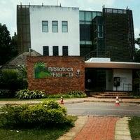 Photo taken at Biblioteca da Floresta by Jhennyffe M. on 11/5/2012