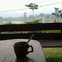 Photo taken at ปลายน้ำ คันทรีวิว by Darat -. on 9/30/2012