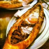 9/14/2012 tarihinde Foodonfootziyaretçi tarafından Fatih Karadeniz Pidecisi'de çekilen fotoğraf