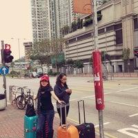 Photo taken at Sham Shing Road / Sham Mong Road Bus Stop 深盛路/深旺道巴士站 by Dao N. on 3/9/2014