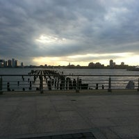 Foto tirada no(a) West Side Highway Running Path por Heidi em 8/11/2013